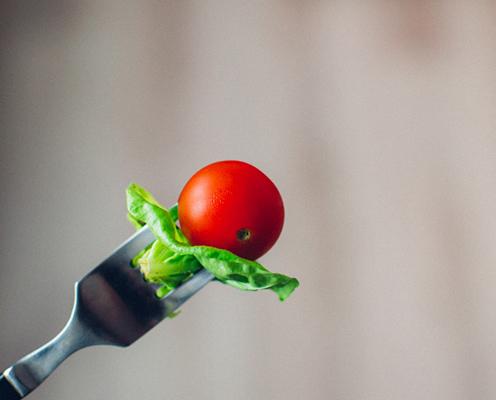 tomaat op een vork